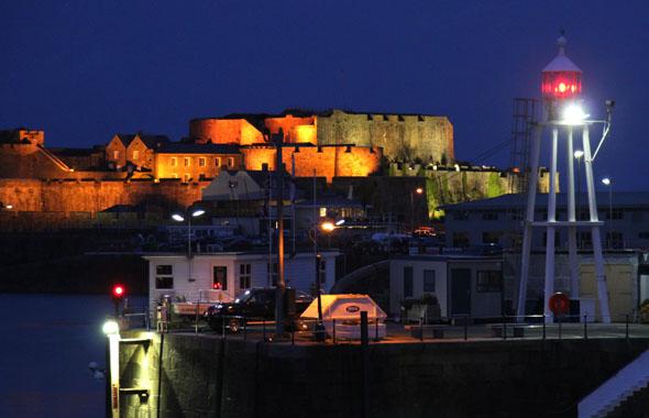 Stimmungsvoller Blick auf Castle Cornet in der Abenddämmerung. (Foto Karsten-Thilo Raab)