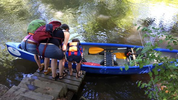 An einer kleinen Treppe wird das Boot wieder in die Leine umgesetzt. (Foto Karsten-Thilo Raab)