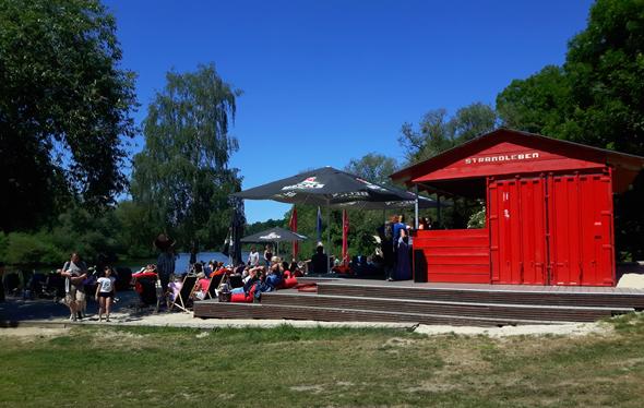 Die Bar Strandleben am Zusammenfluss von Leine und Ihme lädt zu einer Pause ein. (Foto Karsten-Thilo Raab)