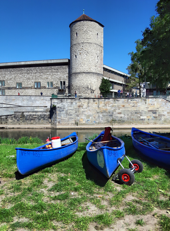 Vor dem Beginenturm am Historischen Museum müssen die Boote aus dem Wasser geholt werden. (Foto Karsten-Thilo Raab)