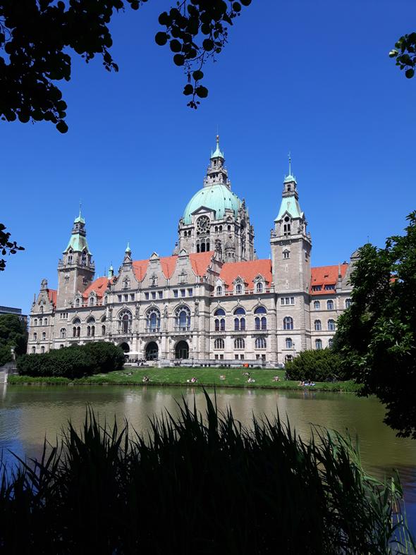 Auf der Kanutour fällt der Blick auch immer wieder auf das schmucke Neue Rathaus im Maschpark. (Foto Karsten--Thilo Raab)