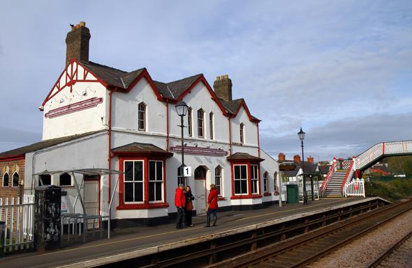 Der Bahnhof in Llanfair Pwllgwyngyll ist fraglos einer der meist fotografieren Haltepunkte der Welt. (Foto Karsten-Thilo Raab)