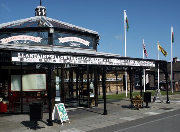 Auch der Souvenirshop am Bahnhof in Llanfair Pwllgwyngyll trägt den vollen Namenszug. (Foto Karsten-Thilo Raab)