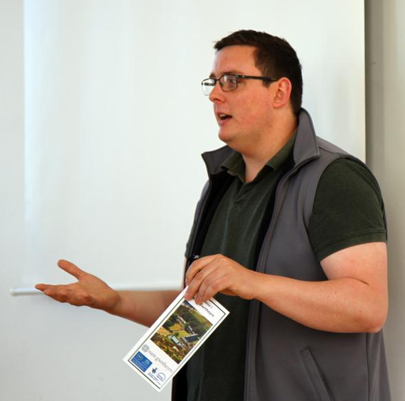 Mathew Penri versucht den Gästen aus aller welt seine Muttersprache näher zu bringen. (Foto Karsten-Thilo Raab)