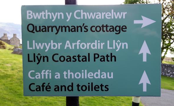 Die Wegweiser in Nant Gwrtheyrn deuten an, wie schwer Walisisch anmutet. (Foto Karsten-Thilo Raab)