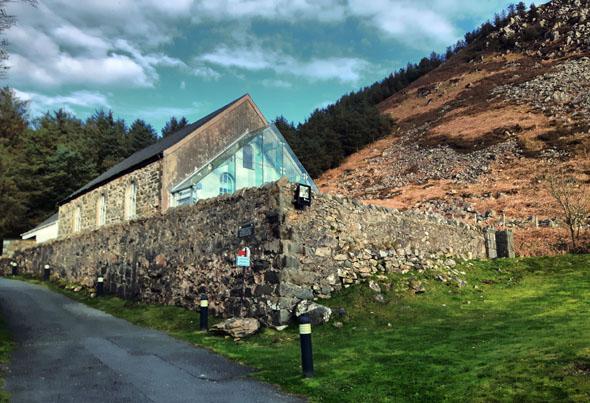 Die kleine Kapelle in Nant Gwrtheyrn mit dem Glasvorbau wird als Unterrichtsraum, aber auch für Trauungen genutzt. (Foto Karsten-Thilo Raab)