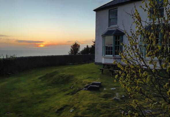 Sonnenuntergangsstimmung am Y Pas, das heute als Unterrichtsgebäude dient. (Foto Karsten-Thilo Raab)