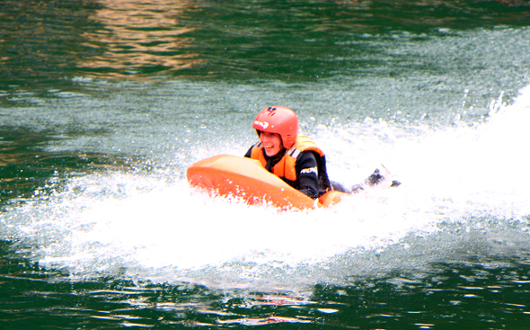 Beim Slip'n'Slide geht es im rasnaten Tempo über das Wasser. (Foto Karsten-Thilo Raab)