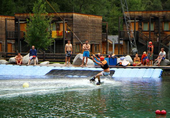 Auf dem 420 Meter langen Wakeboard-Parcours kommen Anfänger und Profis gleichermaßen auf ihre Kosten. (Foto Karsten-Thilo Raab)