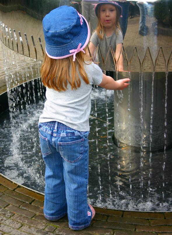 Die zahlreichen Wasserskulpturen üben magische Anziehungskraft aus. (Foto Karsten-Thilo Raab)
