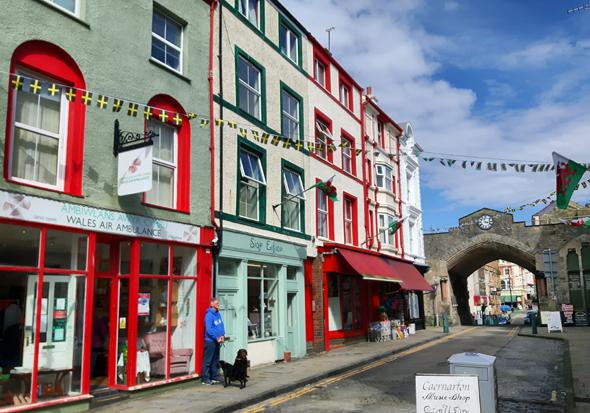 Bunte Häuser und enge Gassen prägen neben der Festung das Bild von Caernarfon. (Foto Karsten-Thilo Raab)