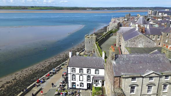 Faszinierender Blick von Caernarfon Castle auf die Stadt den Manai und die gegenüberliegende Insel Anglesey. (Foto Karsten-Thilo Raab)