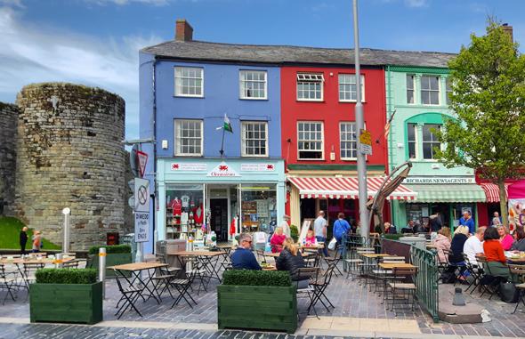 Das walisische Caernarfon gibt sich überaus charmant udn farbenfroh. (Foto Karsten-Thilo Raab)