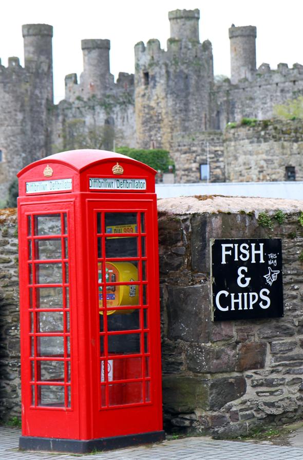 Am Hafen von Conwy vereinen sich fast alle britischen Klischees: Castle, Telefonzelle und Fish & Chips. (Foto Karsten-Thilo Raab)