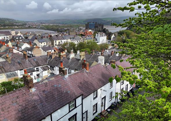 Blick von der historischen Stadtmauer auf Conwy und das Castle. (Foto Karsten-Thilo Raab)