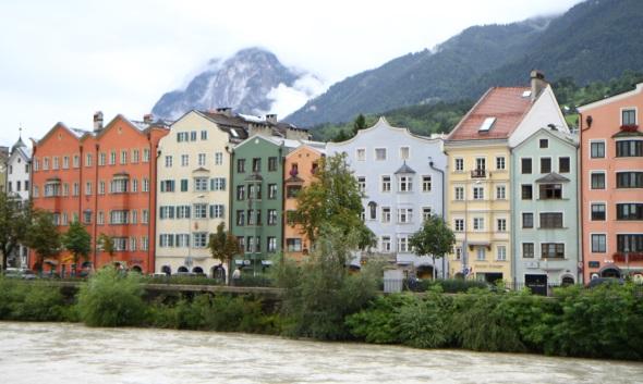 Prachtvolle bunte Häuserfassaden finden sich am Ufer des Inn. (Foto Karsten-Thilo Raab)