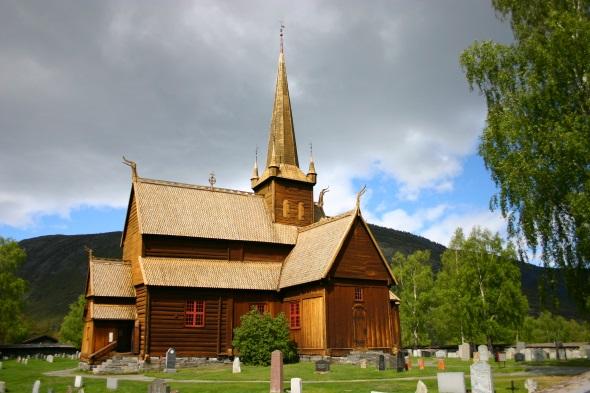 In Lom sorgt eine der schönsten Stabkirchen des Landes für einen besonderen Blickfang. (Foto Karsten-Thilo Raab)