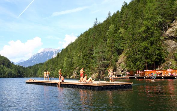 Der maöerische Piburger See lädt nicht nur Mountainbiker zum Baden ein. (Foto Karsten-Thilo Raab)