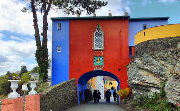 Mit kräftigen Farben wurde - wie hier am Torhaus - nicht gespart. (Foto Karsten-Thilo Raab)
