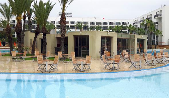 Direkt am Pool lädt eine Bar zu kühlen Drinks ein. (Foto Karsten-Thilo raab)