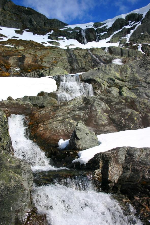 Schneebedeckte Berge sowie wilde Flußläufe und Wasserfälle säumen die Reichsstraße 55. (Foto Karsten-Thilo Raab)
