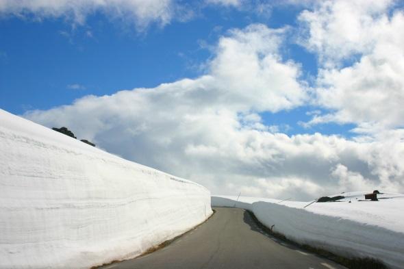 Der Sognefjellvegen wird oft bis weit in den Sommer von Schneewänden gesäumt. (Foto Karsten-Thilo Raab)