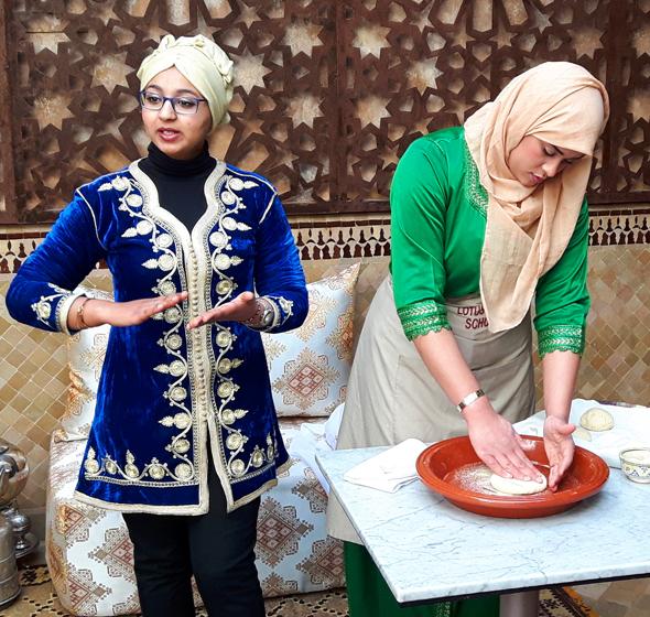 Zwei Mitarbeiterinnen demonstrieren die Herstellung des typischen Fladenbrots. (Foto Karsten-Thilo Raab)