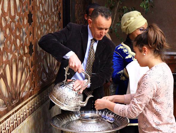Vor der Arbeit in der Küche wird Wert auf das Reinigen der Hände gelegt. (Foto Karsten-Thilo Raab)