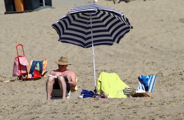Ein entspanntes Sonnenbad gehört für viele zum Strandbesuch. (Foto Karsten-Thilo Raab)