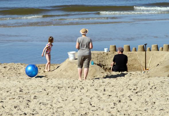 Vor allem Kinder nutzen die riesige Sandfläche gerne zum Burgenbau. (Foto Karsten-Thilo Raab)