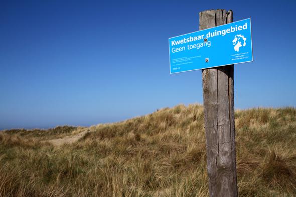 Um die Küstes sowie deren Flora und fauna zu schützen, ist das betreten der Dünen untersagt. (Foto Karsten-Thilo Raab)