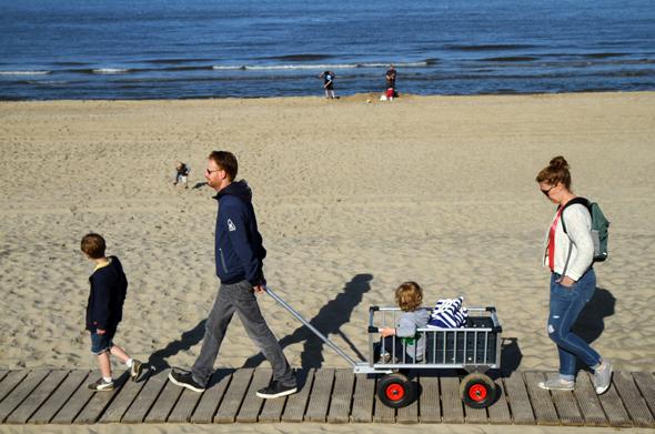 Der Holzsteg vor den Strandhäusern dient als eine Art Flaniermeile für alle, die keinen Sand in den Schuhen haben möchten. (Foto Karsten-Thilo raab)