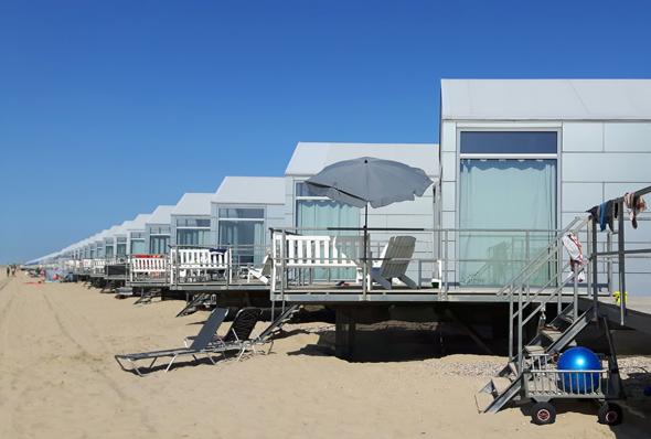 Die Strandhuijse sind schräg zum Strand angeordnet. (Foto Karsten-Thilo Raab)