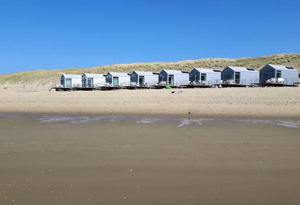 Die Strandhuisje von Landal ducken sich an den Dünenrand des weitläufigen Starndes. (Foto Karsten-Thilo Raab)