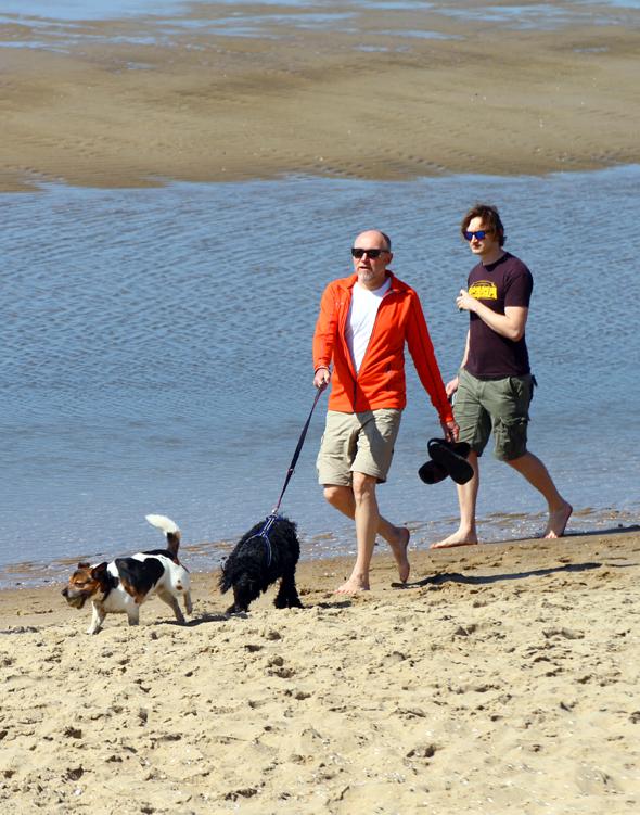 Auch Hunde sind an Teilen des Strandes erlaubt. (Foto Karsten-Thiulo Raab)