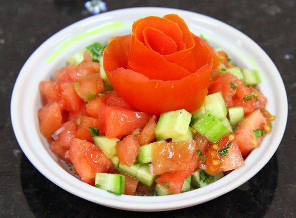 Selbst beim Tomaten-Gurken-Salat isst das Auge mit. (Foto Karsten-Thilo Raab)