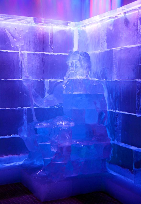 Ein mächtiger Poseidon aus Eis gehört zu den Blickfängen der coolen Eisbar. - Foto Karsten-Thilo Raab