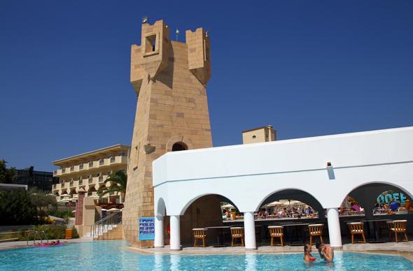 Das Fünf-Sterne-Hotel Lindos Royal liegt oberhalb eines weitläufigen Starndes und verfügt über sechs Pools. - Foto Karsten-Thilo Raab