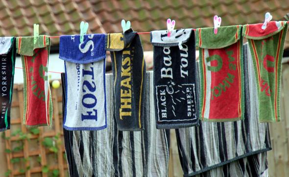 Vor dem einen oder anderen Pub auf dem Inn Way hängen die berühmten Beer-Towels zum Trocknen. (Foto Karsten-Thilo Raab)