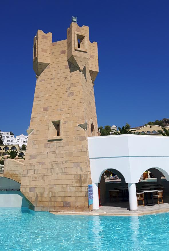 Der markante Turm bildet den zentralen Blickfang des Hotelkomplexes. - Foto Karsten-Thilo Raab