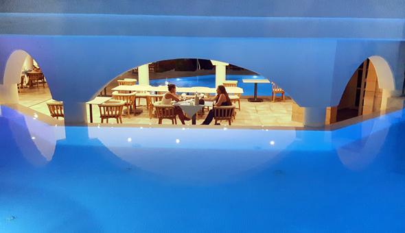 Überaus stimmungsvoll gibt sich das von Pools umrahmte a la carte Restaurant . - Foto Karsten-Thilo Raab