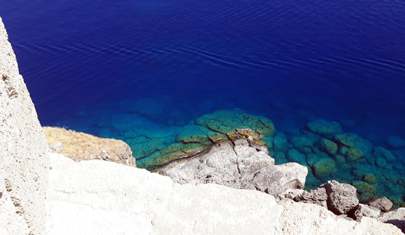 Unter der Akropolis funkelt das Meer in den schillernsten Farben. - Foto Karsten-Thilo Raab