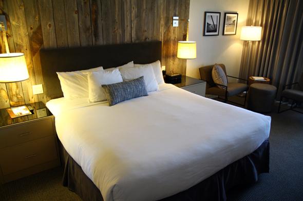 Das Paradox-Hotel hält großzügig geschnittene, gemütliche Zimmer vor. (Foto Karsten-Thilo Raab)