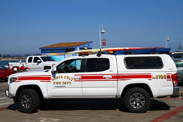 Sogar auf dem Feuerwehrwagen darf ein Surfbrett nicht fehlen. (Foto Karsten-Thilo Raab)