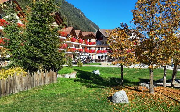 Das Alphotel Tyrol schmiegt sich an einen malerischen Berghang im Ratschingstal. - Foto Karsten-Thilo Raab