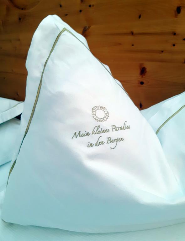 Die Stickerei auf dem Kissen ist im Alphotel Tyrol Programm. - Foto Karsten-Thilo Raab