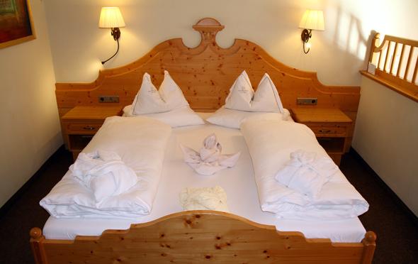 Die Ausstattung der Zimmer und Suiten wird vom alpenländischem Stil dominiert. - Foto Karsten-Thilo Raab