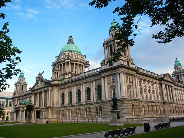 Beliebtes Fotomotiv: die stolze City Hall im Herzen der Belfaster Innenstadt. - Foto Karsten-Thilo Raab