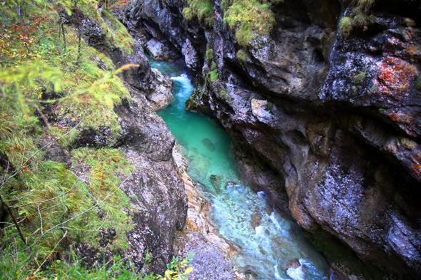 Immer wieder öffnen sich faszinierende Blicke auf das türkisblaue Wasser der Klamm. - Foto Karsten-Thilo Raab