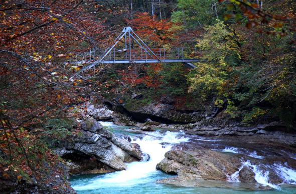 Drei Brücken führen in der Tiefenbachklamm über die Ache. - Foto Karsten-Thilo Raab